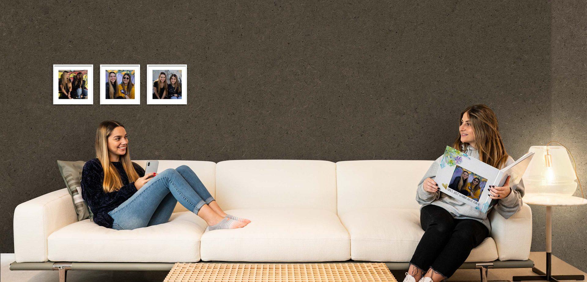 נשים על ספה מדפדפות בספר לופה
