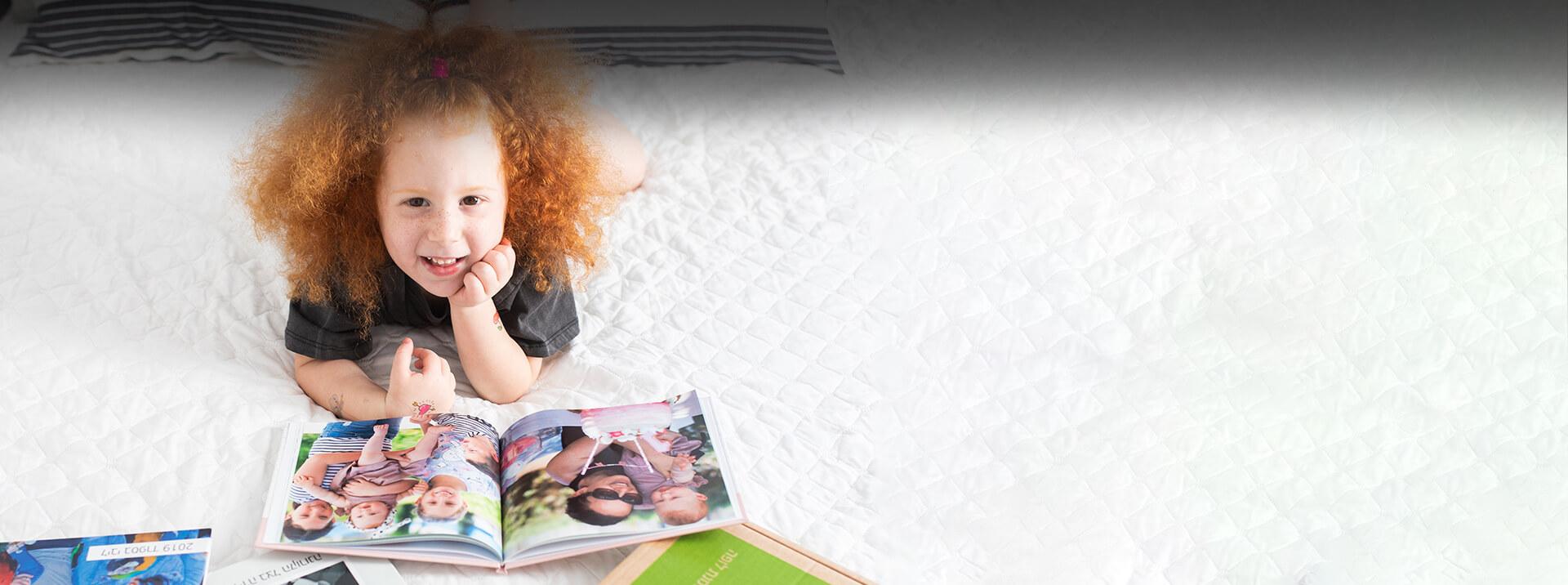 ילדה מדפדפת באלבום תמונות לופה